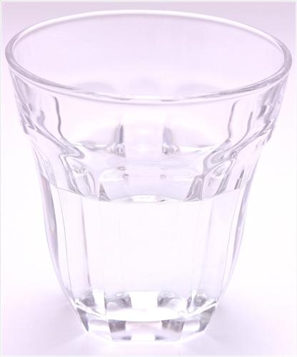 寝起きのシワ対策にも水を飲む習慣を!