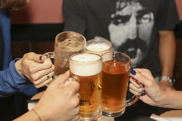 生理中、体に負担をかけにくいお酒の飲み方